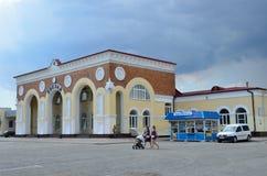 Yevpatoria, Crimea, Lipiec, 04, 2016 Samochody blisko dworca w Yevpatoria w chmurnej pogodzie Fotografia Royalty Free