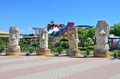 Yevpatoria, Crimea, 06 luglio, 2016 Figure di pietra nel più grande aquapark nel ` di Banana Republic del ` della Crimea Fotografia Stock