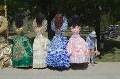 YEYSK KRASNODAR, ROSJA, MAJ,/- 01, 2017: mała dziewczynka podziwia ozdobne togi princesses Zdjęcie Stock