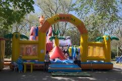 YEYSK KRASNODAR/RYSSLAND - MAJ 01, 2017: en trampolin för barn i sommaren parkerar Arkivfoton