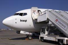 YI-AST Iraqi Airways Boeing 737-800 na área de estacionamento Imagens de Stock