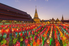 Yi Peng Festival på Wat Prathat Hariphunchai, Lamphun, Thailand Royaltyfri Bild