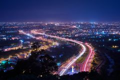 Yilan County nattsikt - stadshorisont med billjus skuggar på natten i Yilan, Taiwan arkivbilder