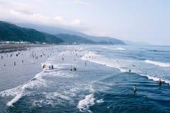 Yilan, Taiwán - sept 18 2015: Persona que practica surf en ola oceánica azul en el puerto de Wu-Shi Imágenes de archivo libres de regalías