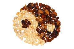 Yin & Yang die van noten en rozijnen wordt gemaakt; geïsoleerdt Stock Afbeeldingen
