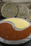 Yin branco e preto yang do quinoa no fundo com ornamenta velho Imagens de Stock Royalty Free