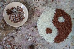 Yin de riz et concept de yang Vue supérieure de riz rouge et blanc Image libre de droits