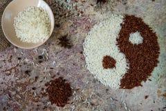 Yin do arroz e conceito de yang Opinião superior de arroz vermelho e branco Fotografia de Stock