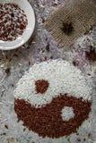 Yin do arroz e conceito de yang Opinião superior de arroz vermelho e branco Fotos de Stock