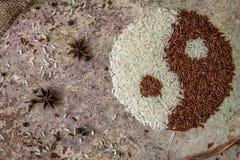 Yin do arroz e conceito de yang Opinião superior de arroz vermelho e branco Foto de Stock Royalty Free