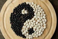 Yin e yang de feijões preto e branco fotos de stock royalty free