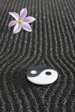 Yin e Yang nel giardino di zen fotografie stock libere da diritti