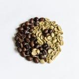 Yin och yang av kaffebönor Arkivbilder