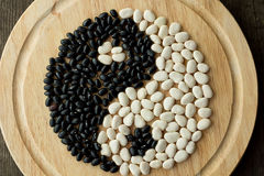 Yin och yang av svartvita bönor royaltyfria foton