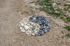 Yin och Yang Symbol Made av stenar arkivbild