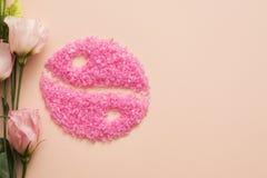 Yin rosado yang de la sal de baño de rosas de la armonía de la mente del cuerpo imagen de archivo libre de regalías