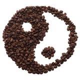Yin y yang de los granos de café. foto de archivo