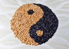 Yin y Yang se alinean con el arroz deletreado y negro, modelo oriental foto de archivo
