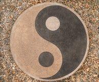 Yin-Yang av stenarna på vägen arkivbild
