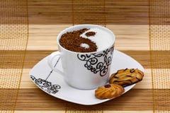 Yin Yang Kaffee mit Plätzchen Stockbild