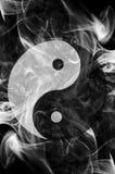 Yin Yang mit schwarzem Hintergrund Stockfoto