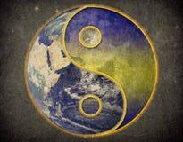 Yin yang no vintage do grunge do universo da terra imagem de stock royalty free