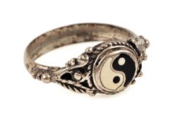Yin-Yang-Ring in der Nahaufnahme lizenzfreie abbildung