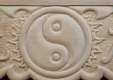 Yin yang som snidas ut ur trä royaltyfria bilder
