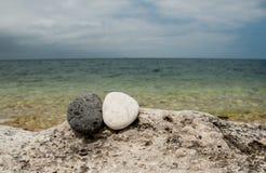 Yin yang stenar på stranden Fotografering för Bildbyråer