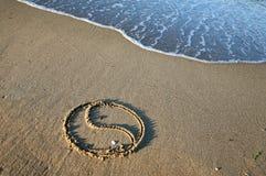 Yin Yang sulla spiaggia fotografia stock libera da diritti