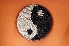 Yin Yang svartvita bönor Royaltyfri Foto