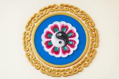 Yin Yang-Symbol auf der Wand stockfotos