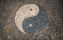 Yin Yang Symbol en piso de mosaico Imagen de archivo libre de regalías