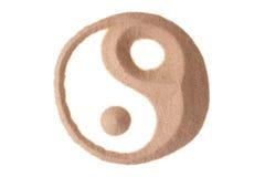 Yin yang symbool in zand Stock Fotografie