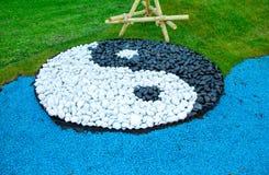 Yin yang tecken från stenar arkivfoto