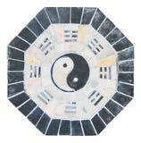 Yin yang tecken på belagt med tegel gammalt royaltyfri fotografi