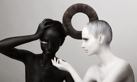 Ying & символ Yang. Восточная культура. Женщины покрасили тело в черной & белизне Стоковые Изображения RF
