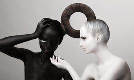 Ying & simbolo di Yang. Cultura orientale. Le donne hanno dipinto il corpo in nero & nel bianco immagini stock libere da diritti
