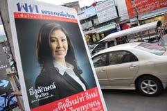 Yingluck Shinawatra en cartel tailandés del partido de Pheu Foto de archivo libre de regalías