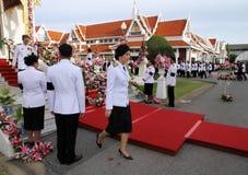 Yingluck Shinawatra (Premierminister Thailands) nehmen an dem Begräbnis- Chumphon Sinlapa-a-cha teil Stockbilder