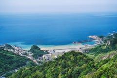 Yinyang-Seeküsten-Landschaft mit warmem Sonnenlicht am Nachmittag, Schuss von Shuinandong, Ruifang-Bezirk, neues Taipeh, Taiwan stockbilder