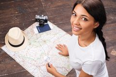 Yiung woman searching a map Royalty Free Stock Photos