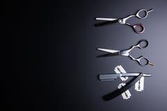 Żyletka, Eleganccy Fachowi fryzjerów męskich nożyce, Włosiany rozcięcie na bla Zdjęcia Stock
