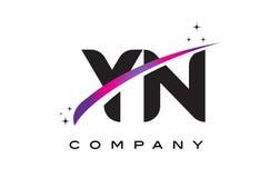 YN de Zwarte Brief Logo Design van Y N met Purpere Magenta Swoosh Royalty-vrije Stock Afbeelding