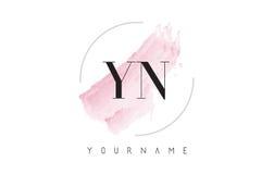 YN Y N水彩信件与圆刷子样式的商标设计 图库摄影