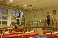 Yngre gymnaster i utbildning Arkivfoton