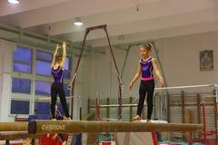 Yngre gymnaster i utbildning Fotografering för Bildbyråer