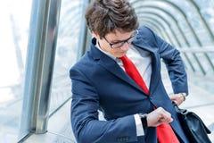 Yngre ledare av hållande ögonen på tid för företag Royaltyfria Bilder