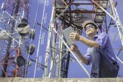 Inżynier komunikacj czeka antena Obrazy Stock
