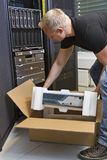 IT inżynier Unboxing Nowego routera Fotografia Royalty Free